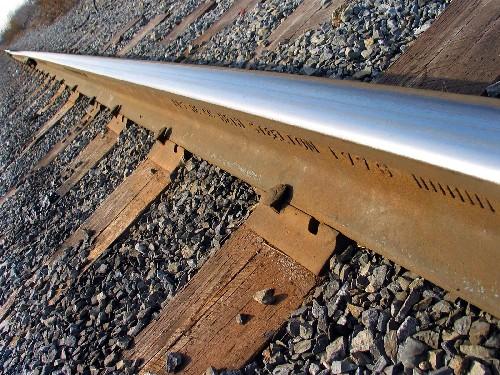 Деревянные шпалы на железной дороге