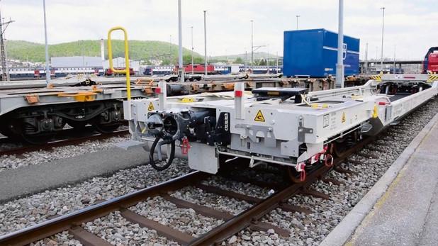 Один из вагонов демонстрационного поезда 5L. оборудованный автосцепкой с автосоединением воздуховодов тормозной магистрали