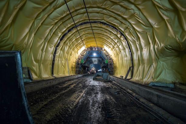 Обделка тоннеля подхода изолирующей пленкой