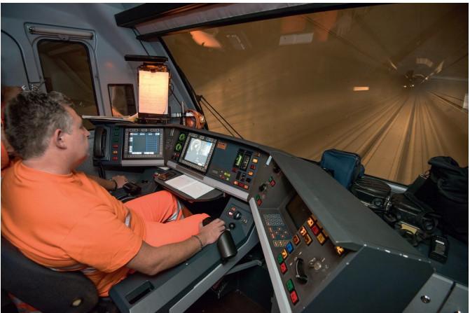 Первый поезд прошел по тоннелю в тестовом режиме 8 октября 2015 г.